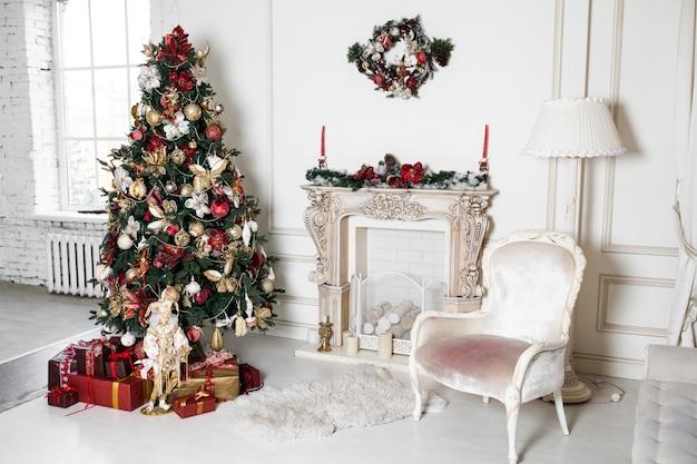 Nieuwe de vakantiedecoratie van jaarkerstmis in de takken van de studioboom met snuisterijen