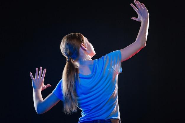Nieuwe dimensie. positieve aantrekkelijke vrouw die zich naar het virtuele scherm wendt terwijl ze virtuele technologieën ervaart