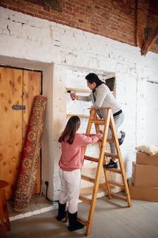 Nieuwe eigenaren van onroerend goed, jong stel verhuizen naar een nieuw huis, appartement, zien er gelukkig uit
