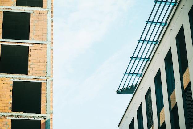 Nieuwe eigentijdse gebouwen op het terrein