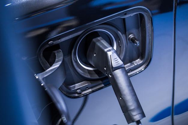 Nieuwe elektriciteit eco-autobatterij opladen van vermogen, modern elektrisch voertuigconcept