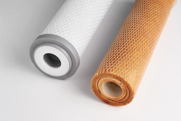 Nieuwe en gebruikte filters voor het reinigen van water op wit