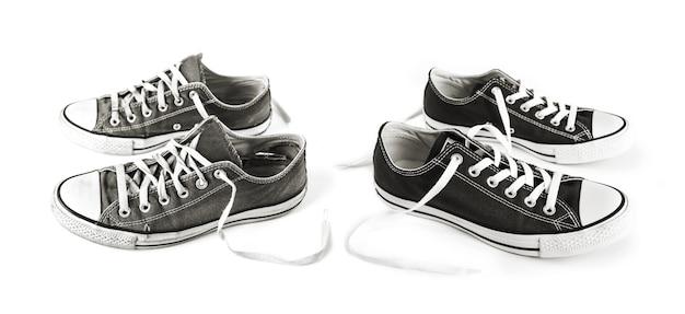 Nieuwe en oude zwarte generieke sneakers geïsoleerd op wit