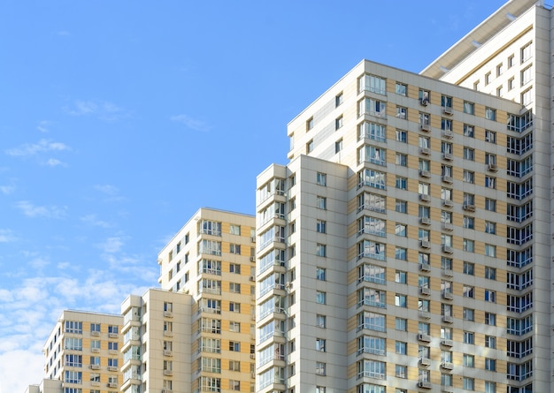 Nieuwe flatgebouwen op blauwe hemel. nieuw gebouwde moderne appartementen.