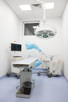 Nieuwe fluoroscope / c-arm in beschermhoes met televisie om uit te zenden in moderne dierenkliniek, operatiekamer