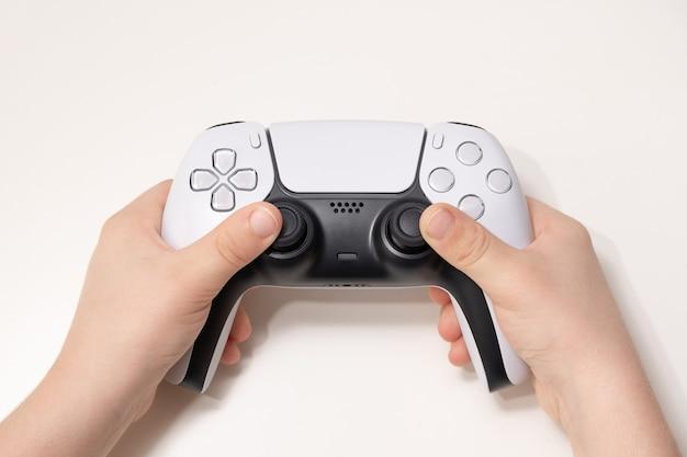 Nieuwe gamecontroller van de volgende generatie op kids hand.