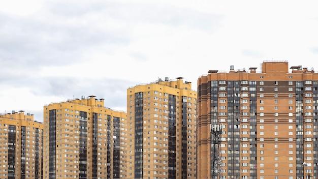 Nieuwe gebouwen aan de rand van de stad. bouw van nieuwe huizen.