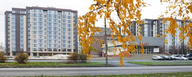 Nieuwe gebouwen in de stad dniepr, oekraïne