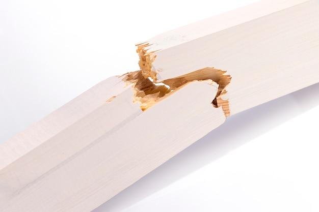 Nieuwe gebroken houten raad op een wit close-up als achtergrond