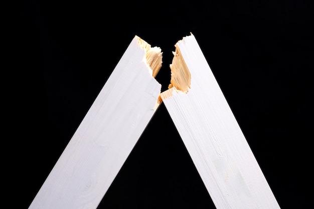 Nieuwe gebroken houten raad op een zwart close-up als achtergrond
