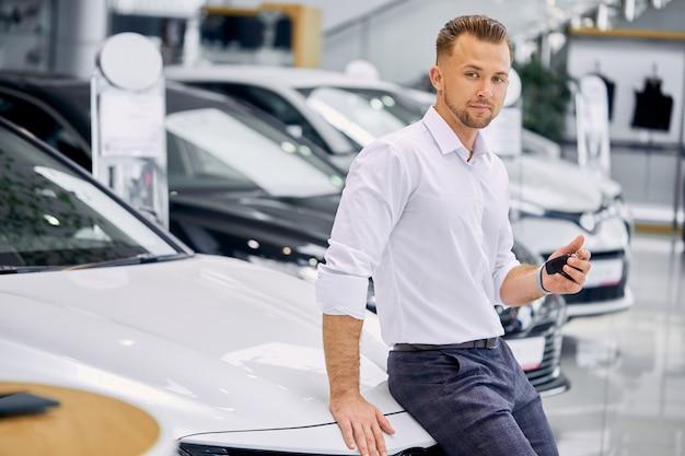 Nieuwe gelukkige autobezitter bij dealer