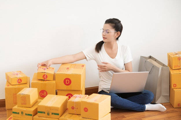 Nieuwe generatie levensstijl van jonge ondernemer die laptop voor online zaken met behulp van
