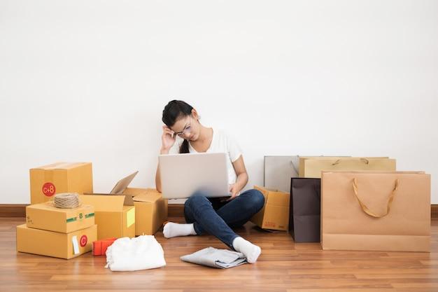 Nieuwe generatie levensstijl van jonge ondernemer met behulp van laptop voor online zaken