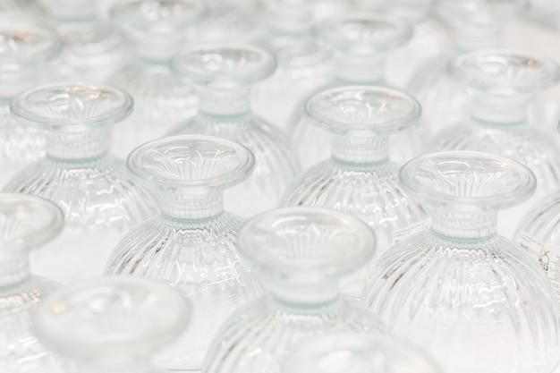 Nieuwe glazen vazen op de etalage