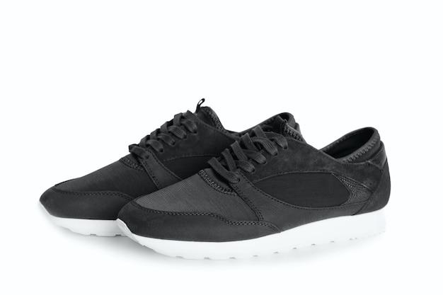 Nieuwe grijze lederen sneakers geïsoleerd op een witte achtergrond. een paar schoenen