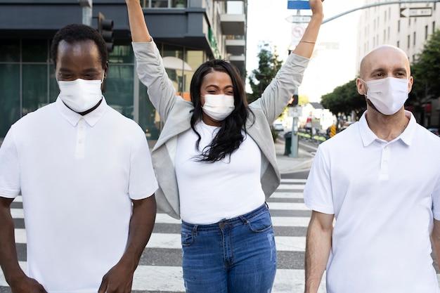 Nieuwe groep vrienden met een normale levensstijl die een masker dragen en rondhangen in de stad