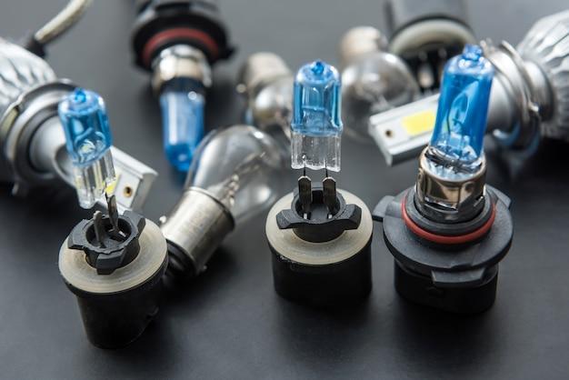 Nieuwe halogeenlampen voor auto's, reserveonderdelen voor koplampen van voertuigen. licht in auto.