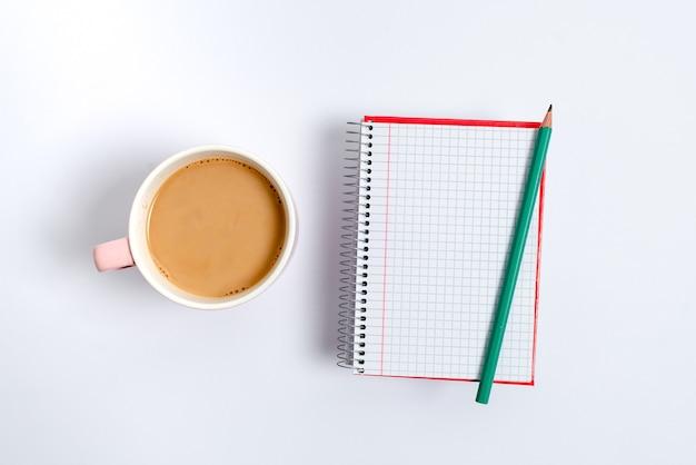 Nieuwe, heldere ideeën bedenken, creatieve inspiratie vernieuwen, nieuwe kansen, werkomgeving