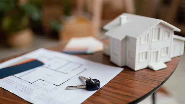 Nieuwe huissleutels en plan op tafel