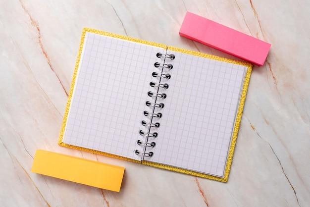Nieuwe ideeën, fris concept, creatieve communicatie, productieve mentaliteit, schrijfgerei, zakelijke werktuigen, memo, kantoorbenodigdheden, blanco vel papier