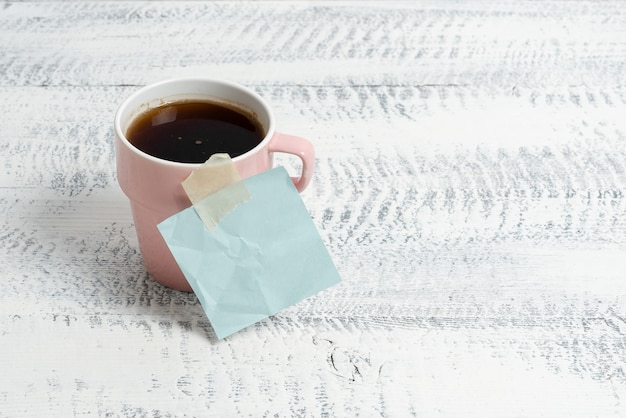 Nieuwe ideeën voor een coffeeshop belangrijke notities schrijven warme verfrissende drank hersenactiviteit stimuleren creatief denken ontspannen werkomgeving ontwerp kantoorproductiviteit