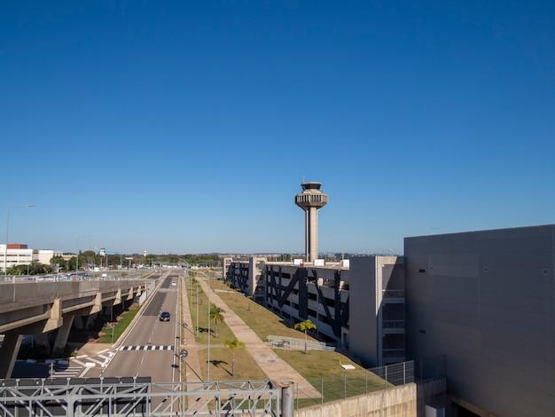 Nieuwe internationale luchthaven viracopos in campinas, met blauwe lucht