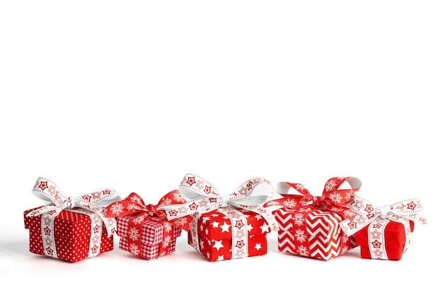 Nieuwe jaar geschenkdozen geïsoleerd op een witte achtergrond