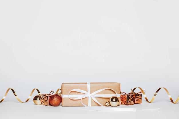 Nieuwe jaar gouden cadeaus voor vrolijk kerstfeest geïsoleerd op een witte achtergrond