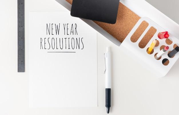Nieuwe jaar resoluties op papier bovenaanzicht tafelblad