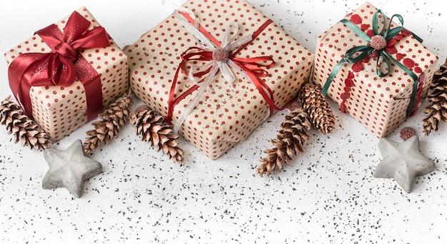 Nieuwe jaar witte feestelijke muur met cadeau gebonden met rood lint.
