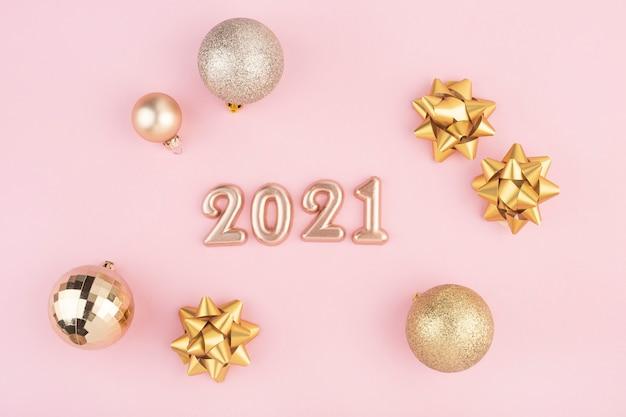 Nieuwe jaarnummers op roze achtergrond