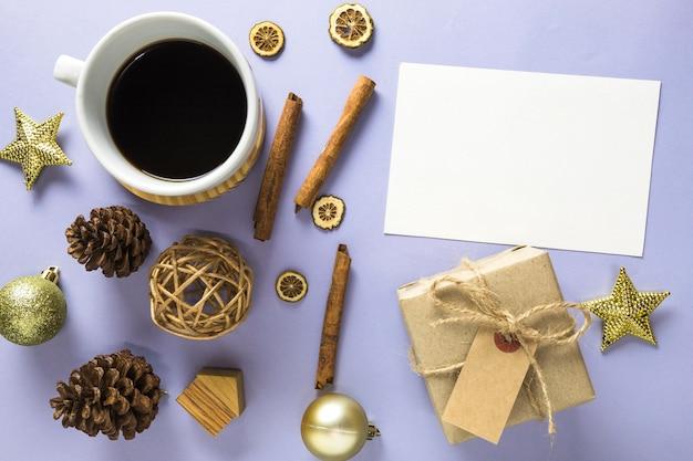Nieuwe jaarsamenstelling met koffie en document