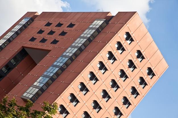 Nieuwe kantoren, moderne architectuur, tijdens een zonnige dag.