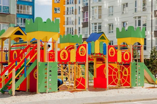 Nieuwe kinderspeeltuin nabij een appartementengebouw