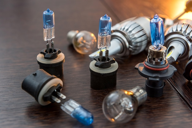 Nieuwe lichte halogeen autolampen op donkere tafel, reserveonderdelen voor koplampen van voertuigen. licht in auto.