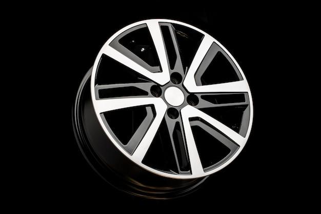 Nieuwe lichtmetalen velgen op een zwarte achtergrond. stijlvol en mooi. auto-onderdelen en auto-tuning.