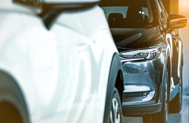 Nieuwe luxe glanzende suv compacte auto geparkeerd in moderne showroom. autodealer kantoor. auto winkel. elektrische autotechnologie en bedrijfsconcept. auto verhuur concept. auto-industrie.