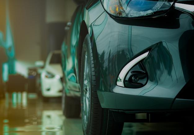 Nieuwe luxe grijze auto geparkeerd in moderne showroom te koop. autohandelbureau. auto detailhandel.