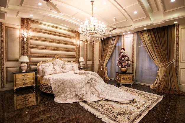 Nieuwe luxe slaapkamer met bed