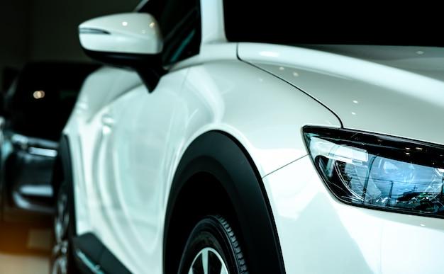 Nieuwe luxe witte auto geparkeerd in moderne showroom te koop. autodealer kantoor. auto winkel. auto-industrie.