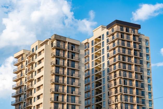 Nieuwe meergezinswoningen tegen de blauwe lucht, nieuwe huizen in tbilisi