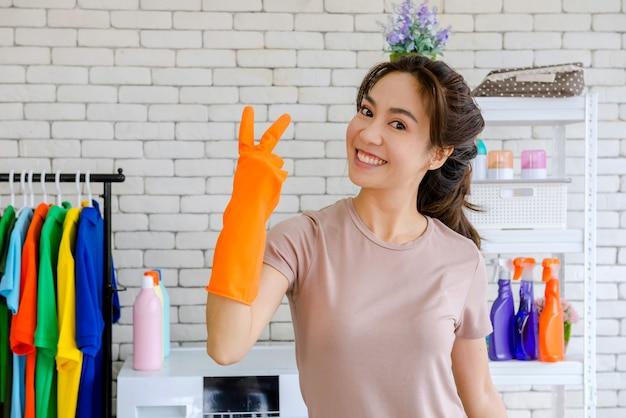 Nieuwe meid vechten met het schoonmaken van het huis