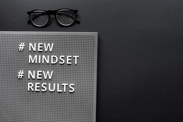 Nieuwe mentaliteit nieuwe resultatentekst op donkere achtergrond. inspiratie- en motivatieconcepten. ruimte kopiëren
