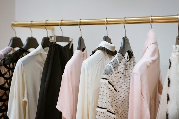 Nieuwe modekleding voor dames die in de winkel hangt