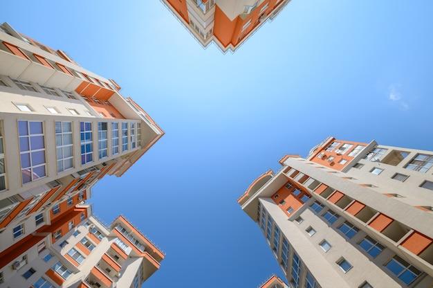 Nieuwe moderne appartementsgebouwen van onderaf gefotografeerd