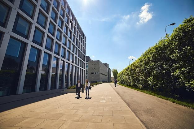 Nieuwe moderne architectuurgebouwen in het zakencentrum van de stad wroclaw, polen