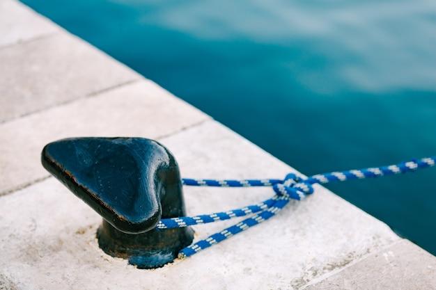 Nieuwe moderne maritieme bolder in een jachthaven