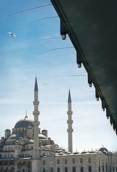 Nieuwe moskee en galata-brug in istanboel, turkije