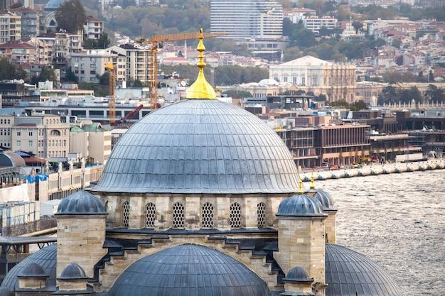 Nieuwe moskee koepels met bosporus en gebouwen, istanbul, turkije