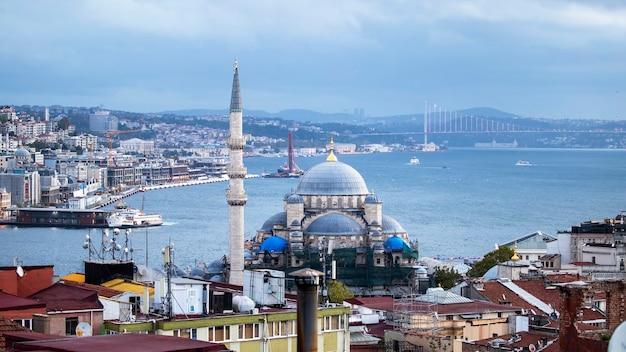 Nieuwe moskee met bosporus, bewegende schepen en stad, istanbul, turkije